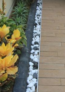 ترکیب سنگ رودخانه ای سفید و مشکی